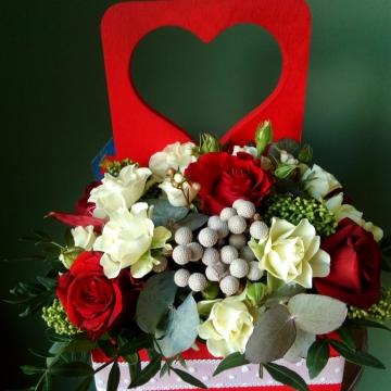 Композиция №104 цветы в деревянном ящичке