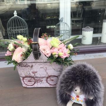 Композиция №403 цветы в кожаной сумке
