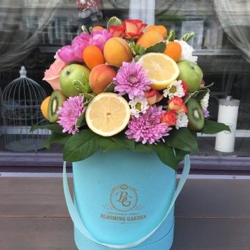 Композиция №023 цветы и фрукты в коробке