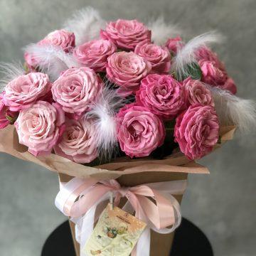 Композиция №039 розы в коробке с перьями