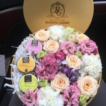 Композиция №037 цветы в коробке с мёдом