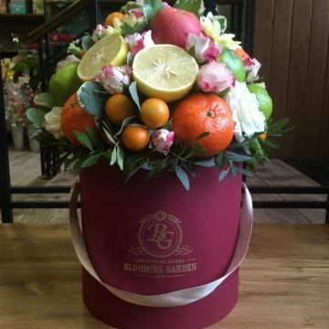 Композиция №036 цветы в коробке с фруктами