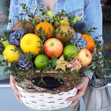 Композиция №202 цветы и фрукты в корзине